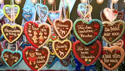 Christmas market gingerbread hearts - photography by Alicia Underlee Nelson
